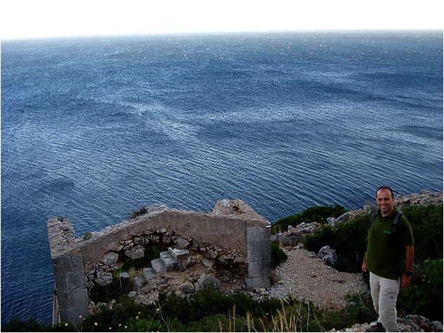 Uso de um corpo estranho para sinalização, no caso uma ruína (Parque Natural da Arrábida, Portugal). Notar que não se trata de uma ruína histórica: JAMAIS SINALIZE UMA RUINA HISTÓRICA!