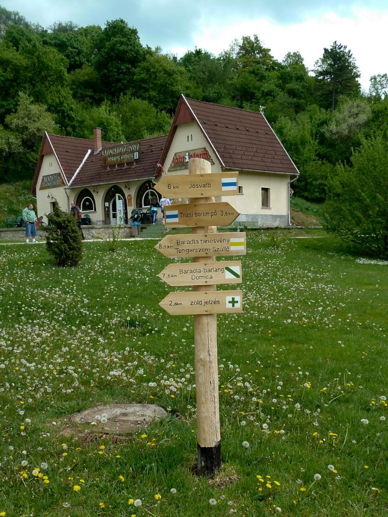 Sistema de quatro trilhas sinalizadas com quatro ícones diferentes (Parque Nacional de Aggletelek, Hungria)