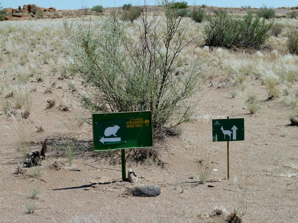 Sistema de duas trilhas sinalizadas com dois ícones diferentes (Parque Nacional de Augrabies, África do Sul)