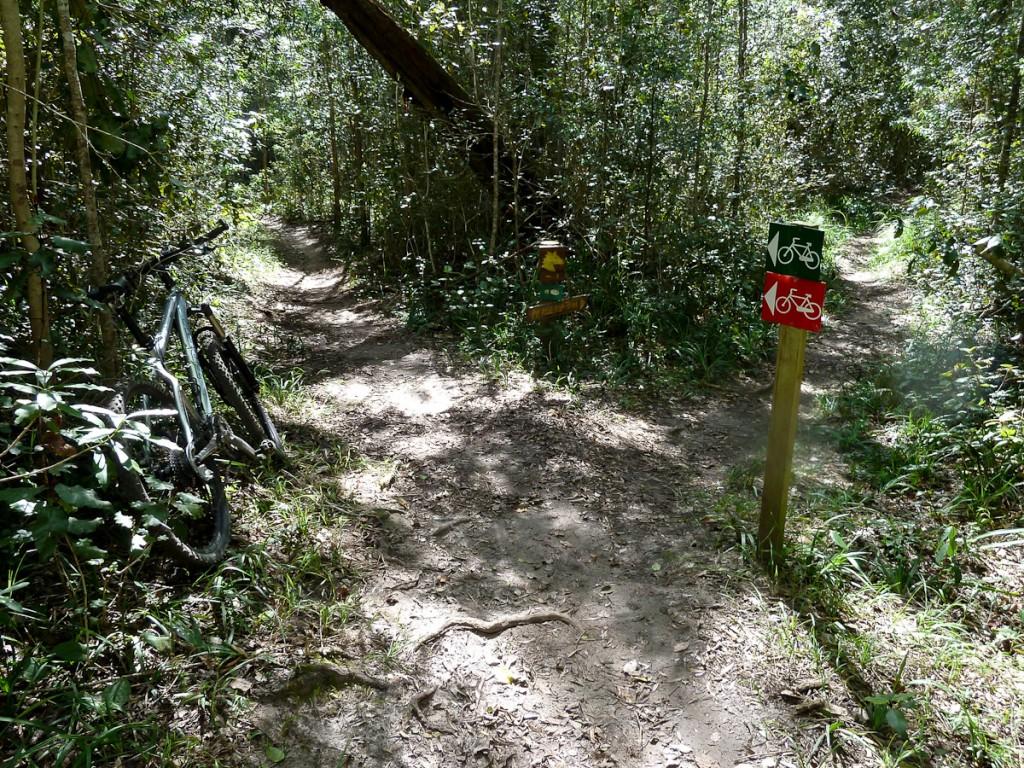 Sistema com uma trilha para caminhadas, uma para cavalgadas e duas trilhas para mountain bike sinalizadas com três ícones e três cores (Parque Nacional Garden Route, África do Sul)
