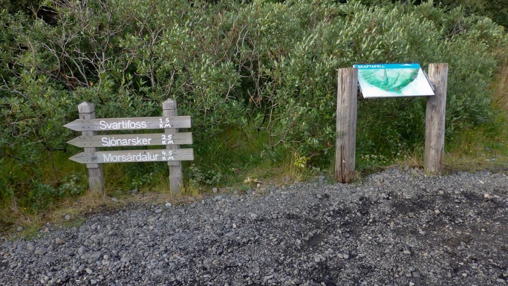 Setas de madeira com distâncias em km e os destinos (Parque Nacional Vatajokull, Islândia)