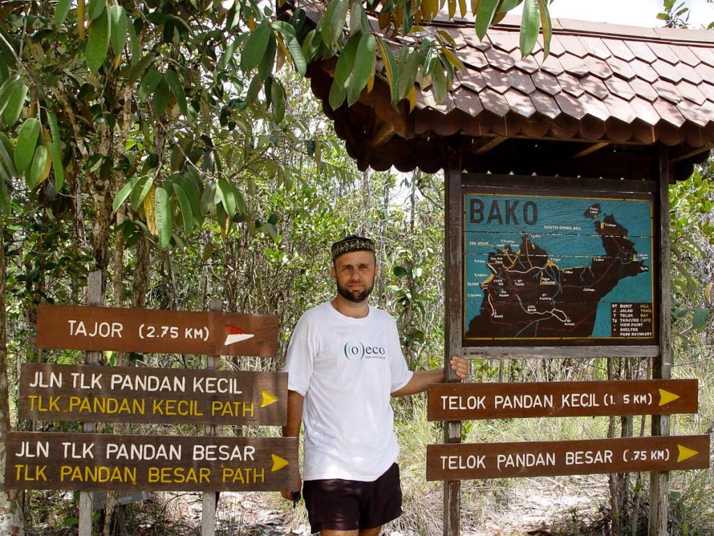 Tabuletas com distâncias e os nomes dos destinos. Notar o mapa de localização, com trilhas sinalizadas por cores (Parque Nacional Bako, Malásia)