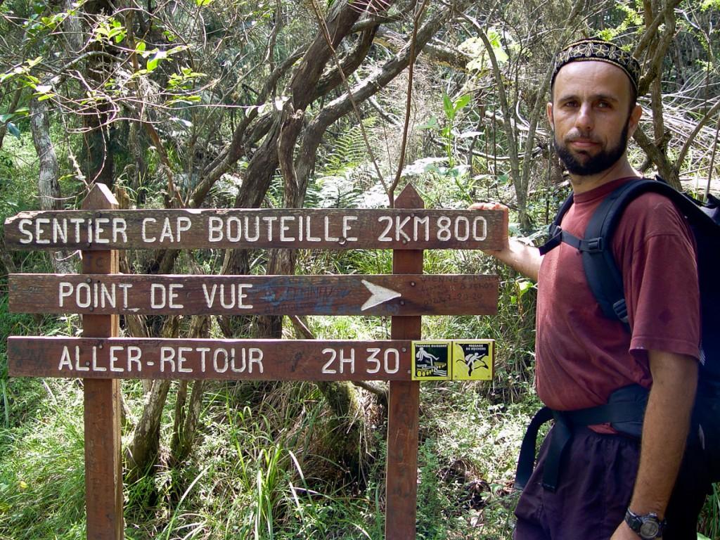 Tabuletas com distâncias e os nomes dos destinos (Parque Nacional des Hauts Reuniaunais, Território francês da ilha de Reunião)