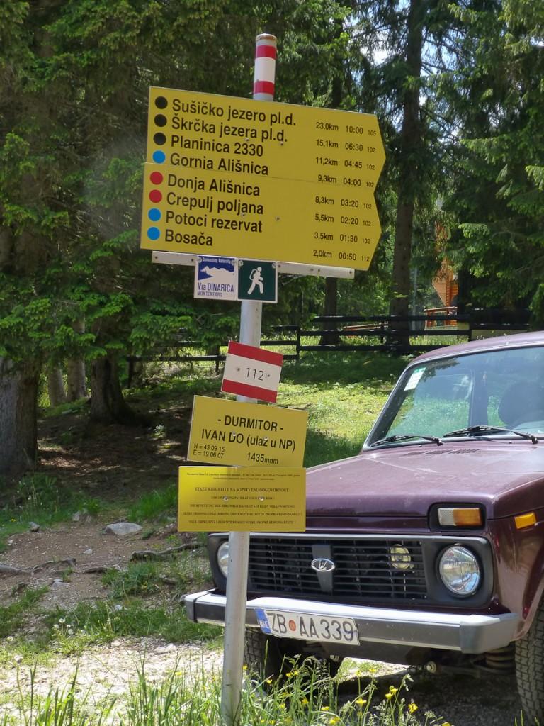 Encruzilhada no Parque Nacional Durmitor, em Montenegro. Duas tabuletas foram utilizadas para identificar os oito próximos destinos.