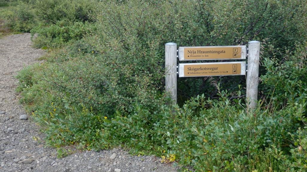 Encruzilhada no Parque Nacional Pingvelir, na Islândia. Duas tabuletas foram utilizadas para identificar os próximos três destinos.