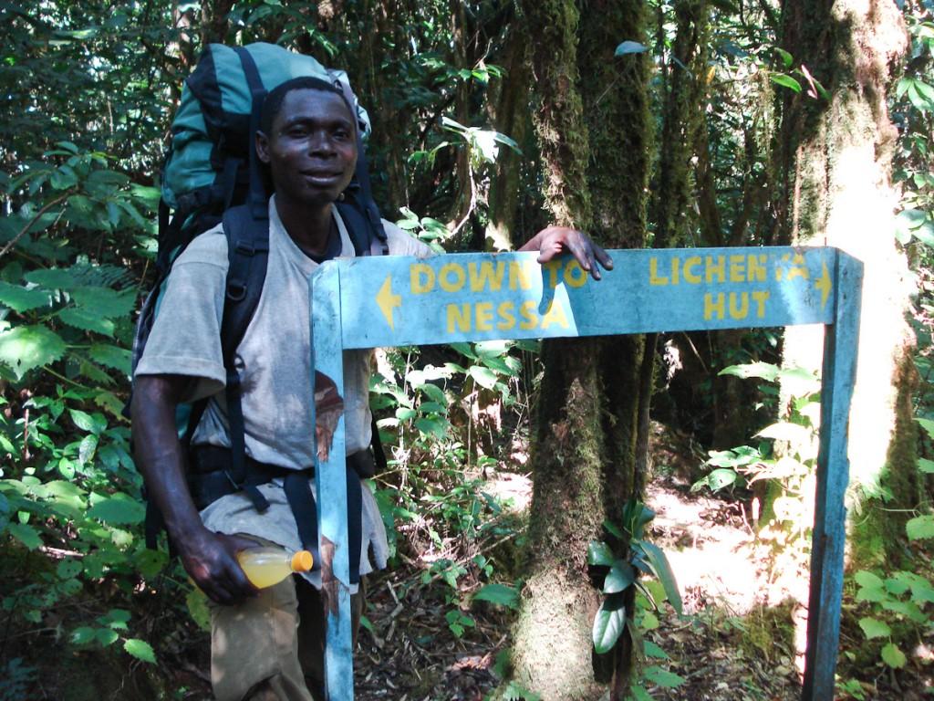 Encruzilhada na Reserva Florestal do Monte Mulanje, Malawi. Uma tabuleta foi usada para identificar os próximos dois destinos.