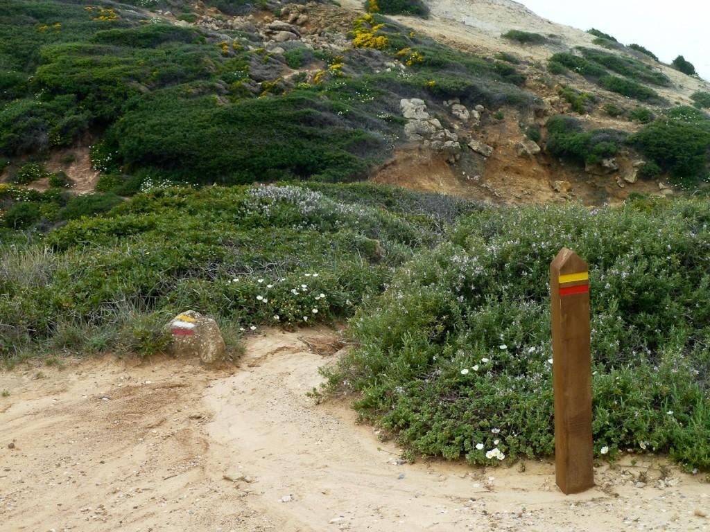 Mourão vandalizável e sinalização pintada na pedra. Trilha Européia E9 (Parque Natural da Arrabida, Portugal)