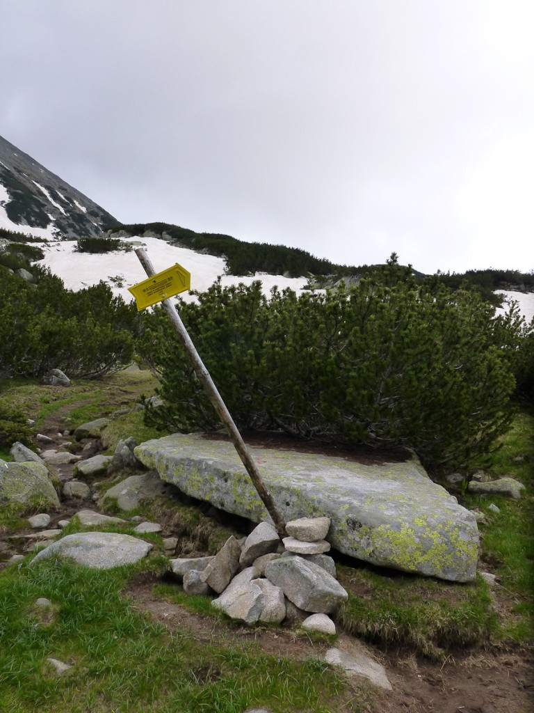 Ao ver essa placa, percebemos que o pessoal do Parque Nacional de Pirin vai ter que refazer o trabalho.