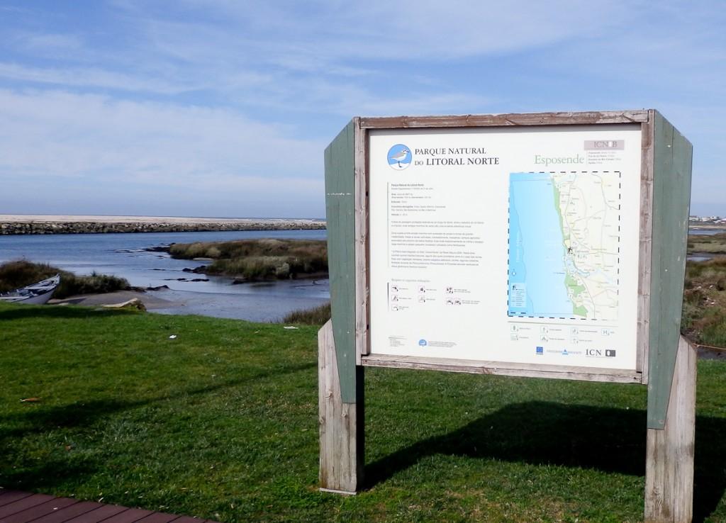 Placa colocada no sentido correto que evita a exposição excessiva ao sol (Parque Natural do Litoral Norte, Portugal)