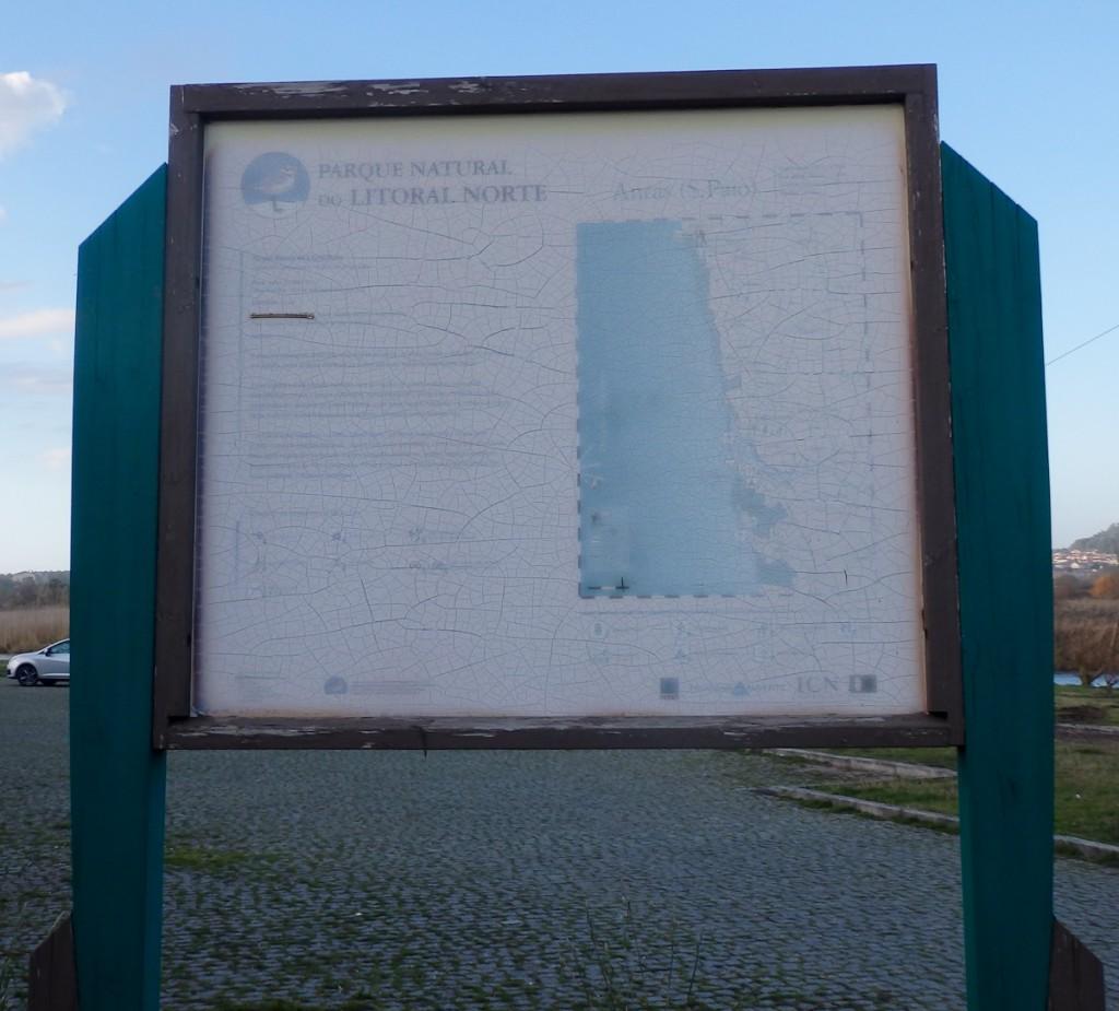 Placa colocada na mesma época da anterior, mas no sentido errado que a deixou muito exposta ao sol (Parque Natural do Litoral Norte, Portugal)