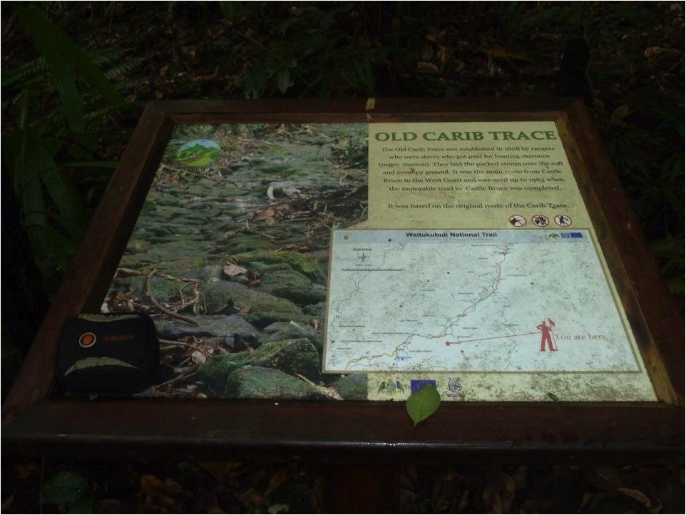 Quando o mapa é colocado na própria trilha, é importante que ele seja acompanhado de uma legenda mostrando o ponto em que o caminhante se encontra (Trilha Nacional Waitukubuli, Dominica).