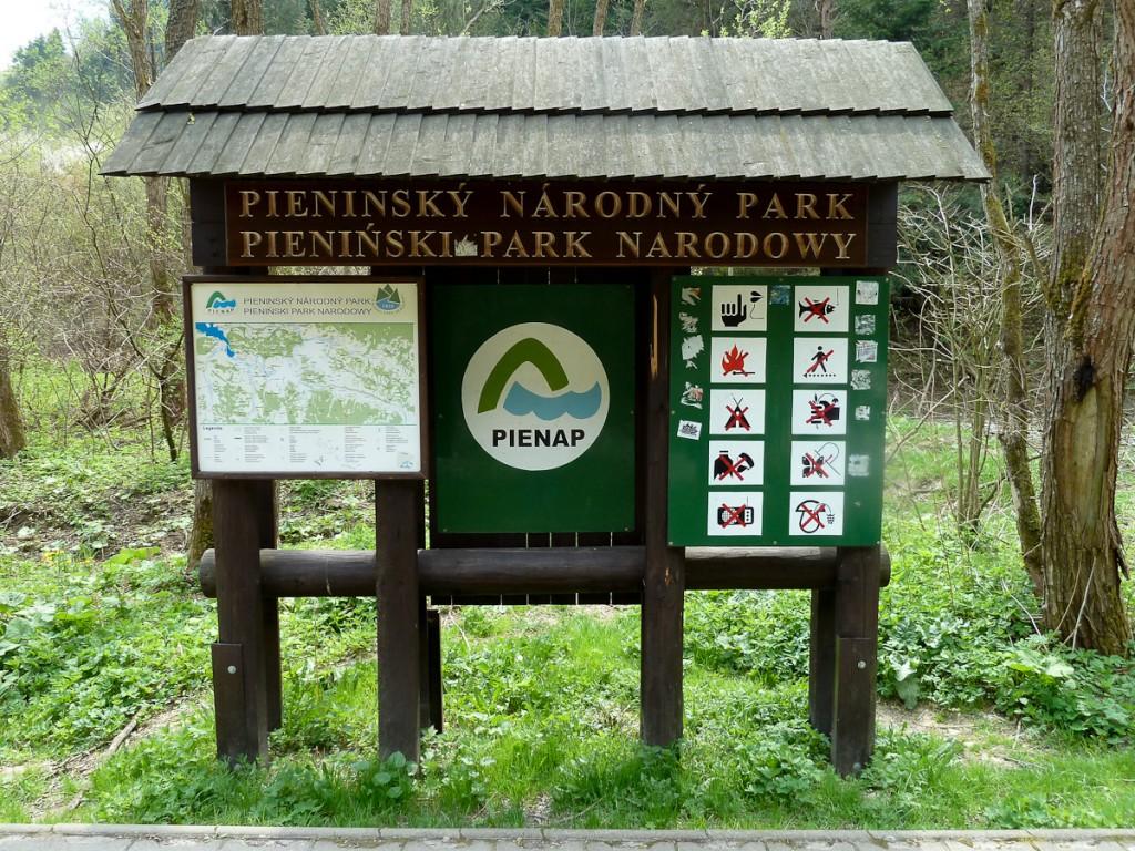 Placa base do mosaico binacional, formado pelos Parques Nacionais Pieninski e Pieninsky (Polônia e Eslováquia). Notar, na parte superior do mapa, os logotipos das unidades.