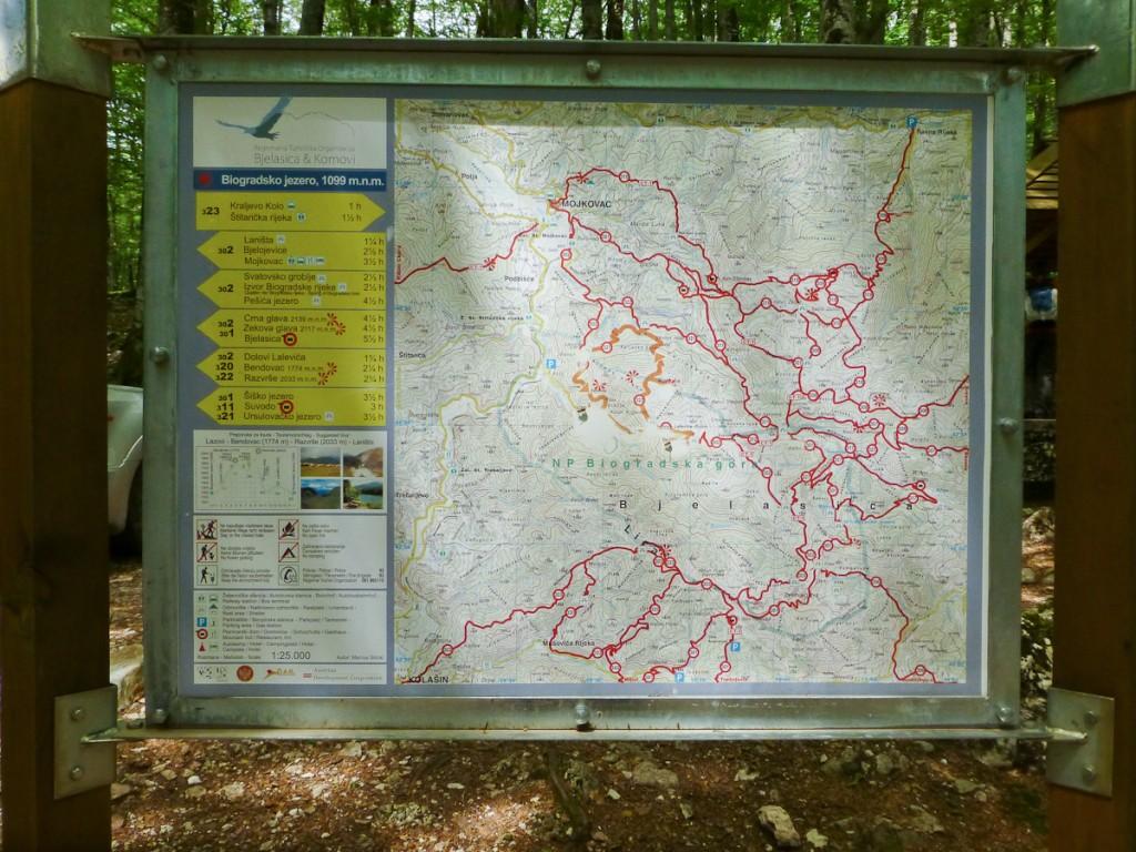 Placa base no Parque Nacional do Lago Biogradska (Montenegro). Notar o mapa das trilhas, os ícones com as regras, a explicação da sinalização, os telefones úteis e o logotipo da UC.