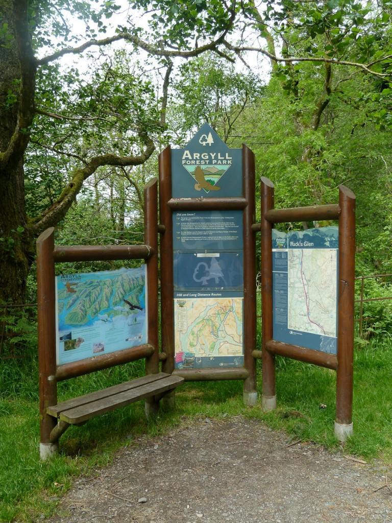 Placa base no Parque Florestal Argyll  (Escócia). Notar que quase toda a informação é passsada por imagens. Os textos são curtos. Notar também os logotipos da UC e do Serviço Florestal.