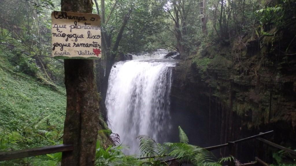 Sinalização educativa artesanal na Área de Proteção Ambiental Nascentes do Rio Vermelho.