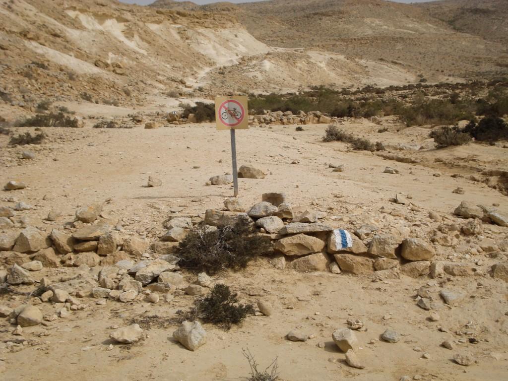 Placa educativa regulatória. Aqui termina a trilha de mountain bike (Parque Nacional Ein Avdat, Israel)