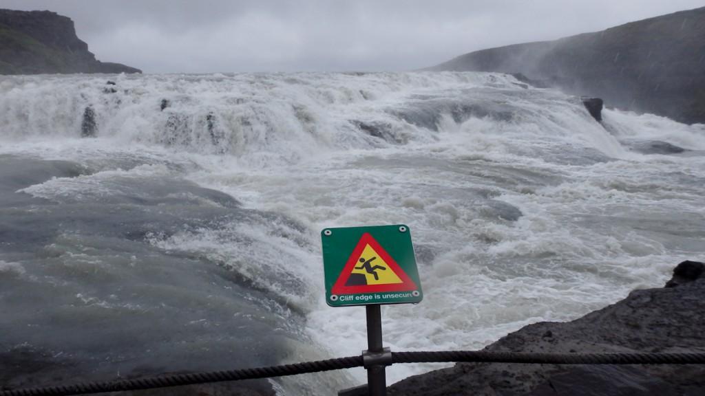 Placa com ícone de compreensão universal (Reserva Natural Gullfoss, Islândia)