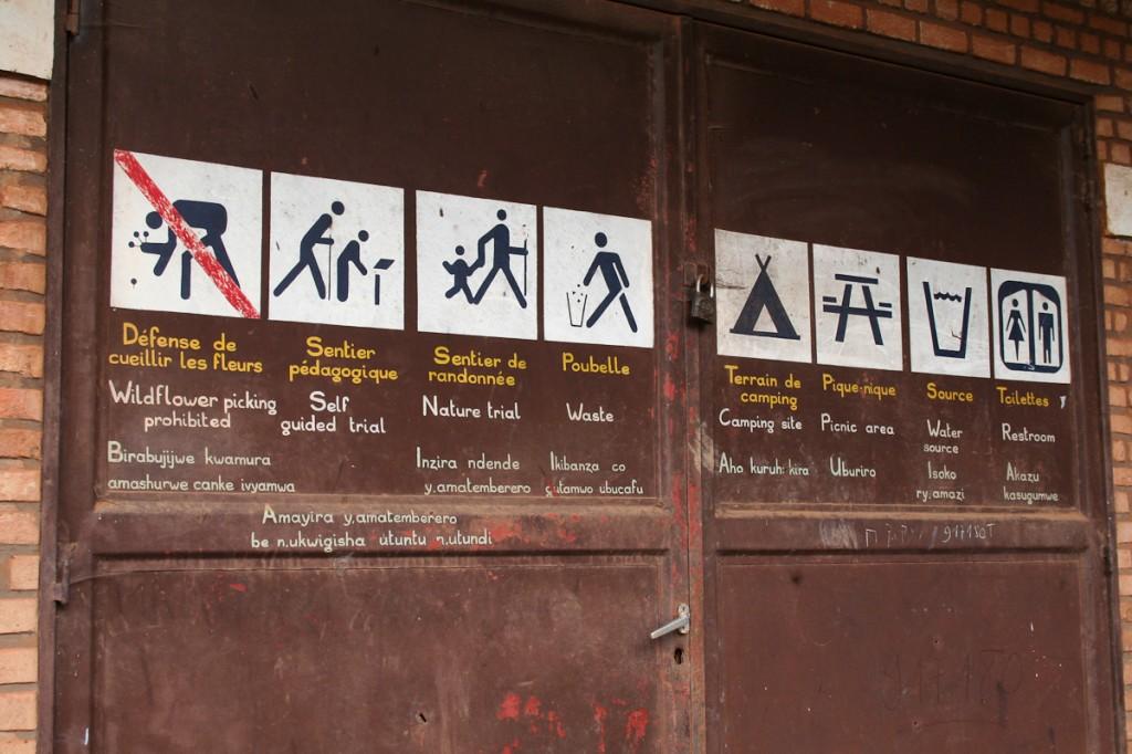 Ícones podem ser colocados em locais estratégicos mesmo quando há absoluta falta de recursos. O Parque Nacional de Kibira, no Burundi, os pintou no portão da sede.