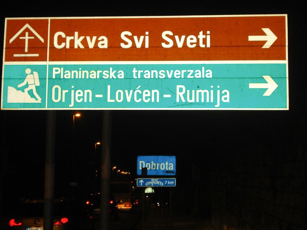 Sinalização de trânsito na cidade de Kotor indicando as entradas de trilhas no Parque Nacional Lovcen (Montenegro)