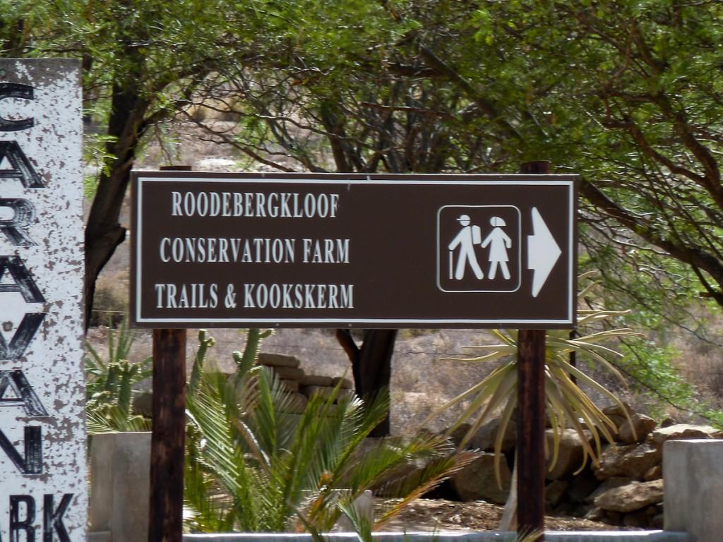 Placa indicando a existência de trilhas fazem parte da sinalização de trânsito na África do Sul (RPPN Roodebergkloof)