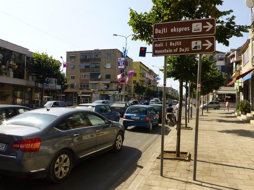 Sinalização de trânsito em Tirana, indicando as trilhas do Parque Nacional Dajti, na Albânia.