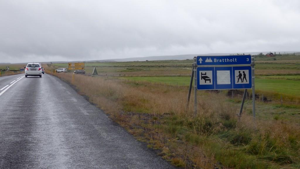 Sinalização na estrada na Islândia indicando o início de trilhas.