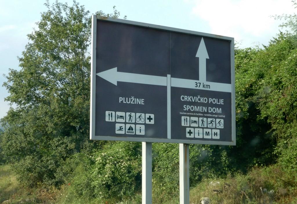 Sinalização de trânsito em Montenegro, indicando o início de trilhas no Parque Nacional Prokletje.