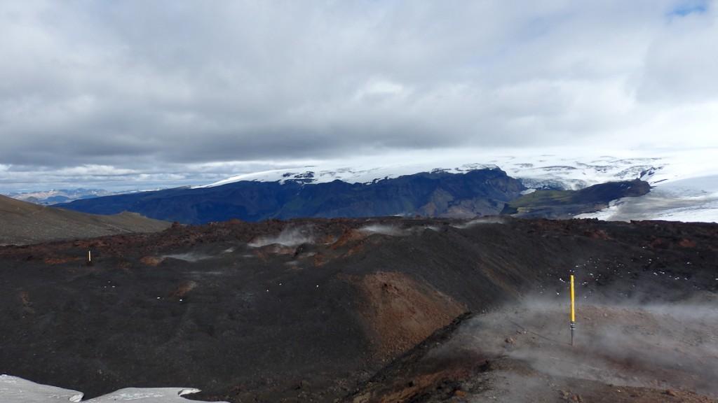 Sinalização intensiva em local propenso a neblina. Trilha de longo curso Laugavegur no Geoparque Katla, Islândia.