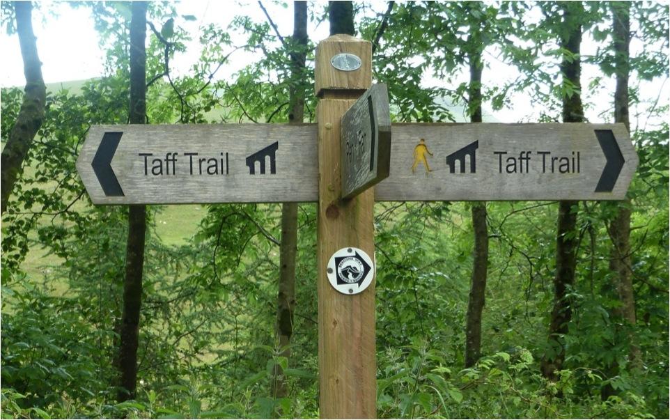Exemplo de sinalização direcional entalhada na tabuleta (Trilha de longo curso Taff , Parque Nacional Brecon Beacons – País de Gales).