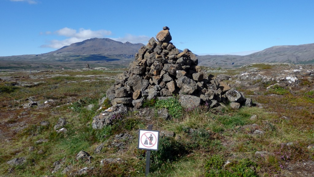 Quando a UC não faz sinalização institucional, os usuários fazem totens de pedra. Isso normalmemente gera uma profusão de totens que desconfigura a paisagem. Parque Nacional Pingvellir, Islândia.