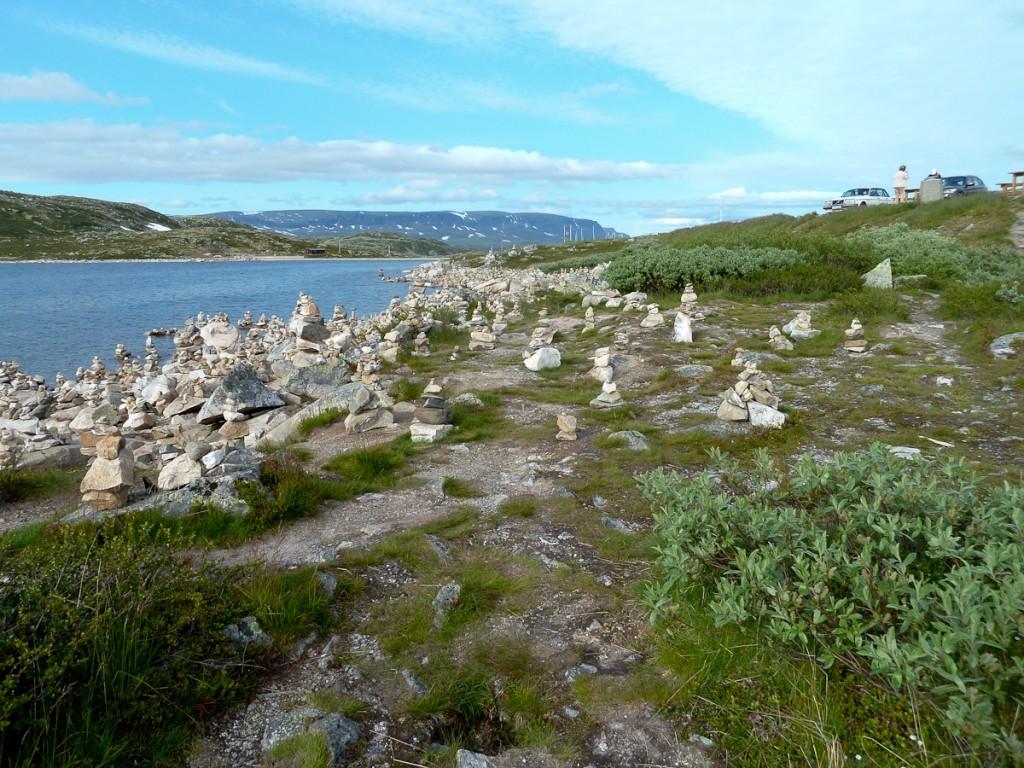 Profusão de totens que desconfigura a paisagem e... confunde mais que orienta (Parque Nacional Folgefonna, Noruega)