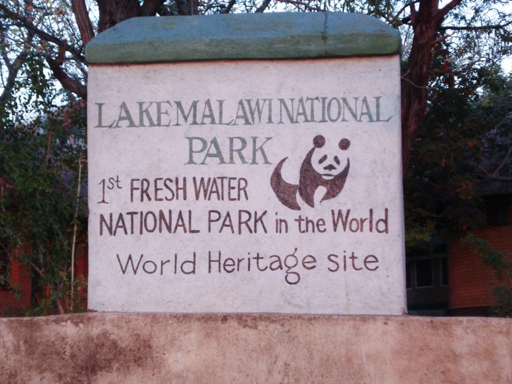 Sinalização rústica não é sinônimo de sinalização mal feita! (Parque Nacional do Lago Malaui, Malaui)