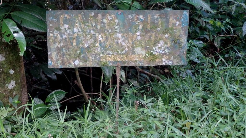 Sinalização sem manutenção, além de não informar, gera uma péssima imagem para a Reserva Botânica de Bvumba, Zimbábue.