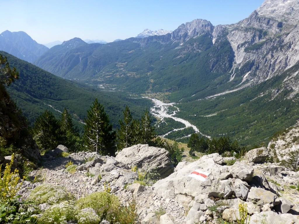 A sinalização retangular tradiconal da Albânia começa a ser adaptada para virar seta. Atenção para o exemplo da trilha de longo curso Peaks of Balkans, no Parque Nacional Valbona, ANTES...