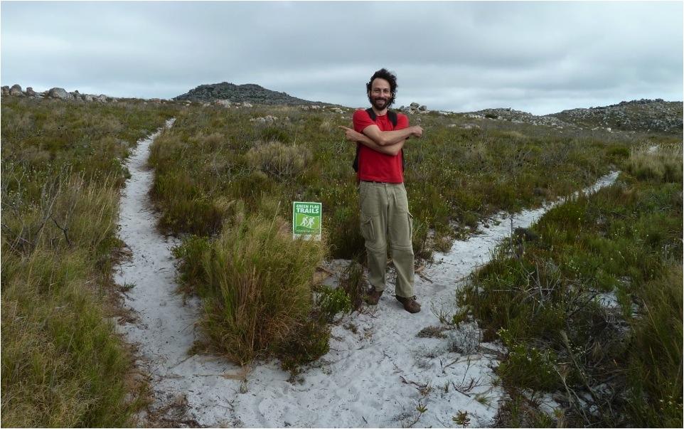 Outro exemplo de sinalização que não resolve o problema de orientação (trilha de longo curso Hoerikwaggo, Parque Nacional da Montanha da Mesa, África do Sul). Nesse caso a trilha correta era a da esquerda. Portanto a sinalização deveria estar do lado esquerdo da trilha esquerda.