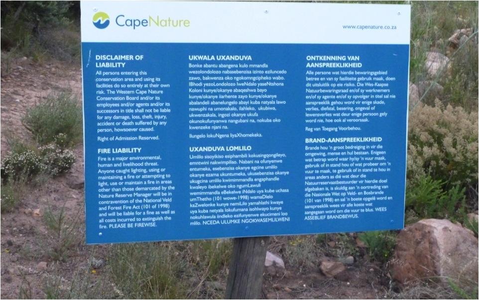 Placa trilíngue com termo de conhecimento de risco (Reserva Natural de Groot Winterhoek – Província do Cabo Ocidental, África do Sul).