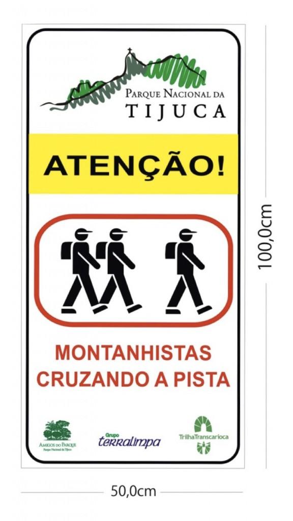 Placa de trânsito desenhada para o Parque Nacional da Tijuca. Nas demais unidades o logotipo do PNT deve ser substituído pelo da respectiva UC.