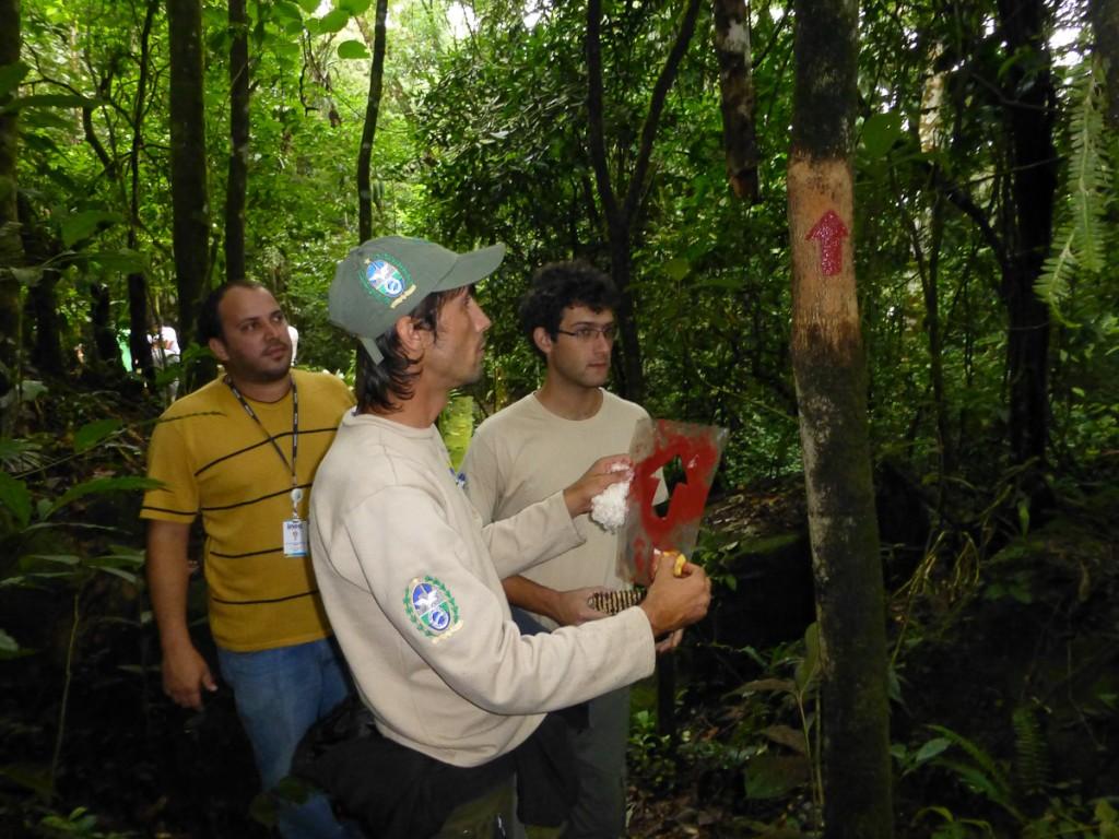Guardas Parques do INEA-RJ participando de atividade de sinalização de trilha no Parque Nacional da Serra dos Orgãos.