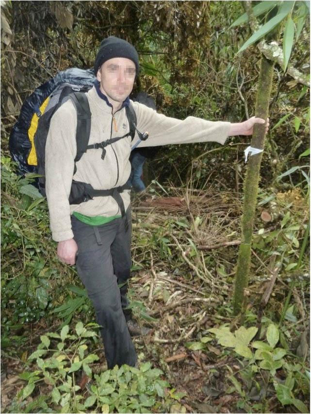 Sinalização feita por usuários com tiras de saco plástico (Parque Nacional do Itatiaia).