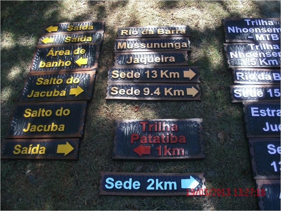 Estoque de tabuletas reservas. Notar que cada trilha foi sinalizada com uma cor diferente (Parque Nacional do Pau Brasil). Foto de Fábio Faraco.