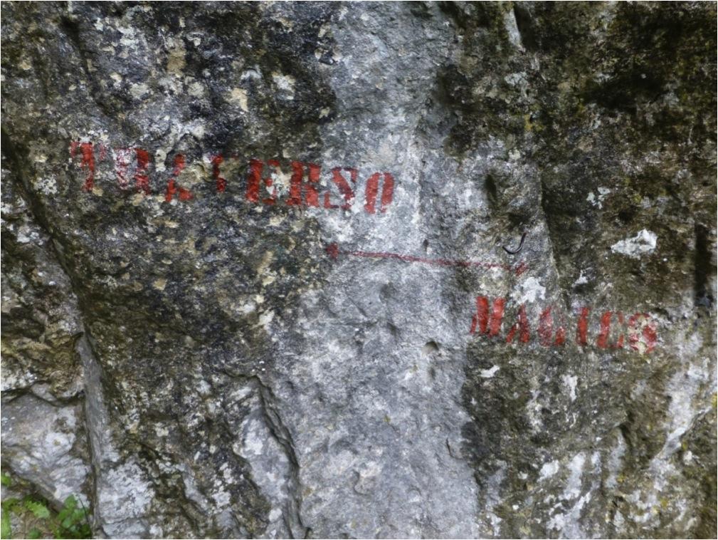 Quando a sinalização pintada começa a ficar ilegível, está na hora de fazer a manutenção! Sinalização rústica NÃO é sinônimo de sinalização mal feita (Parque Natural do Monte Titano, República de San Marino).