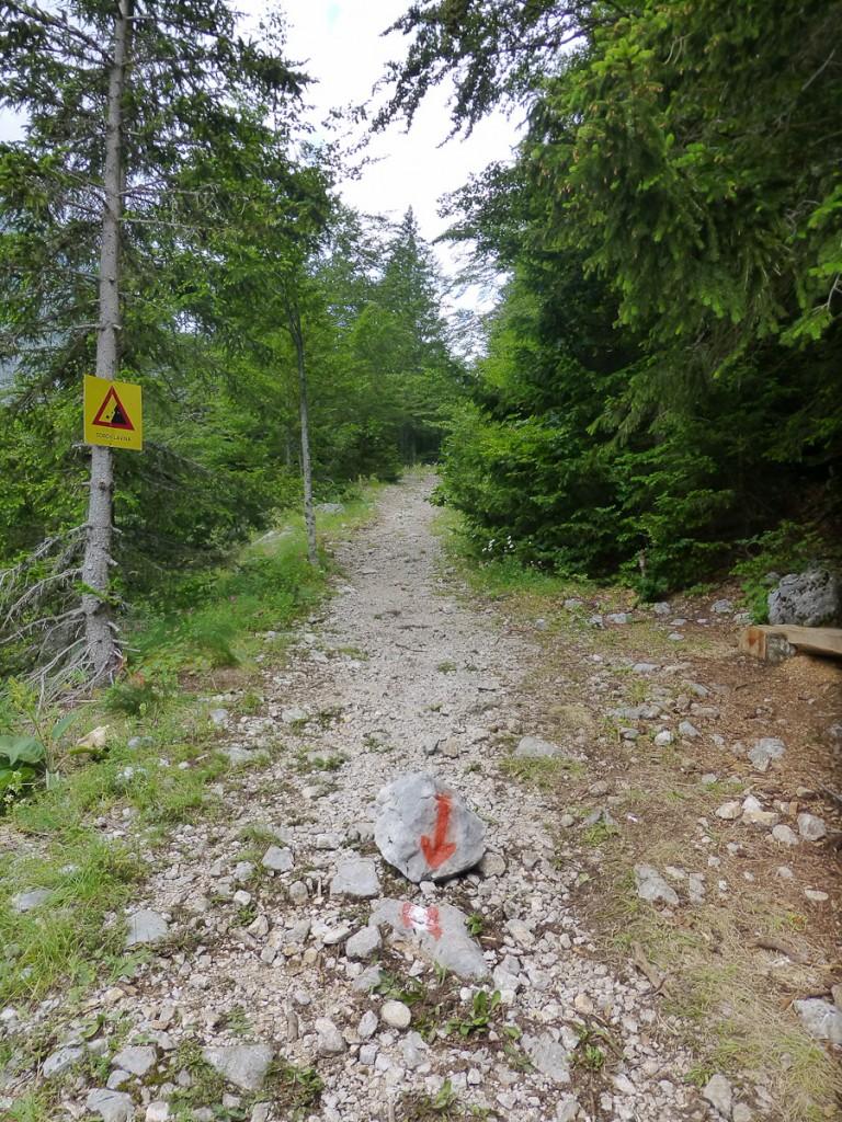 Pintura em pedra removível. E agora, José? Espero que você saiba para onde ir! (Parque Nacional Sutjeska, Bósnia e Herzegovina)