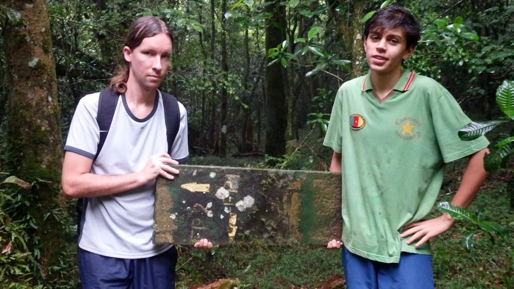Essa sinalização foi encontrada no meio do mato, completamente longe de onde deveria estar. Não pinte em estruturas removíveis (Reserva Botânica Bunga, Zimbábue)
