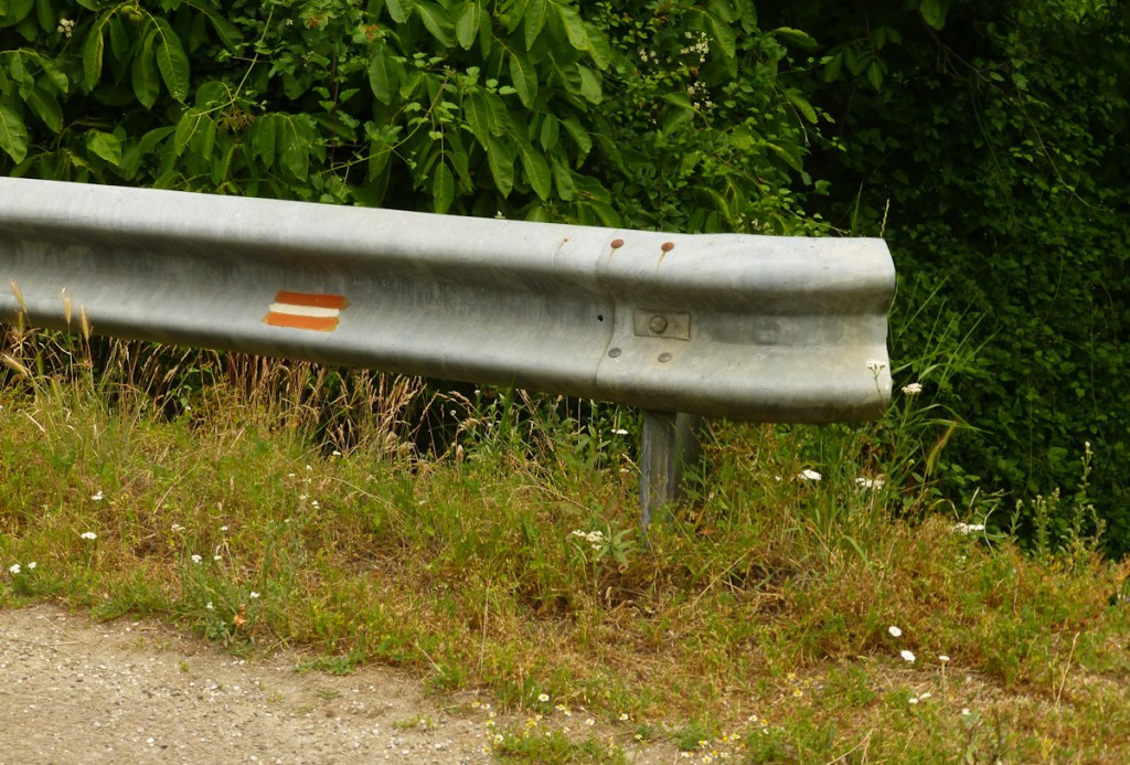 Uso de um guard rail para sinalizar a trilha (Parque Natural Sopocani, Sérvia)