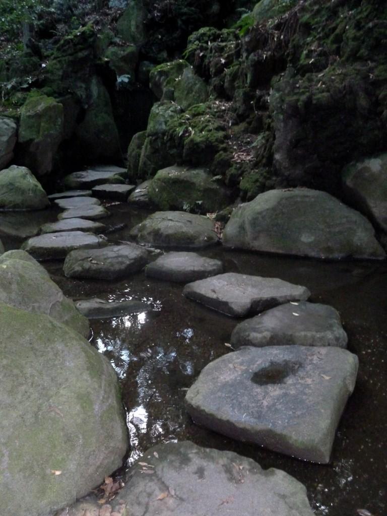 Pedras colocadas para estimular a travessia do rio sempre no mesmo local (Parque Natural de Narita, Japão)