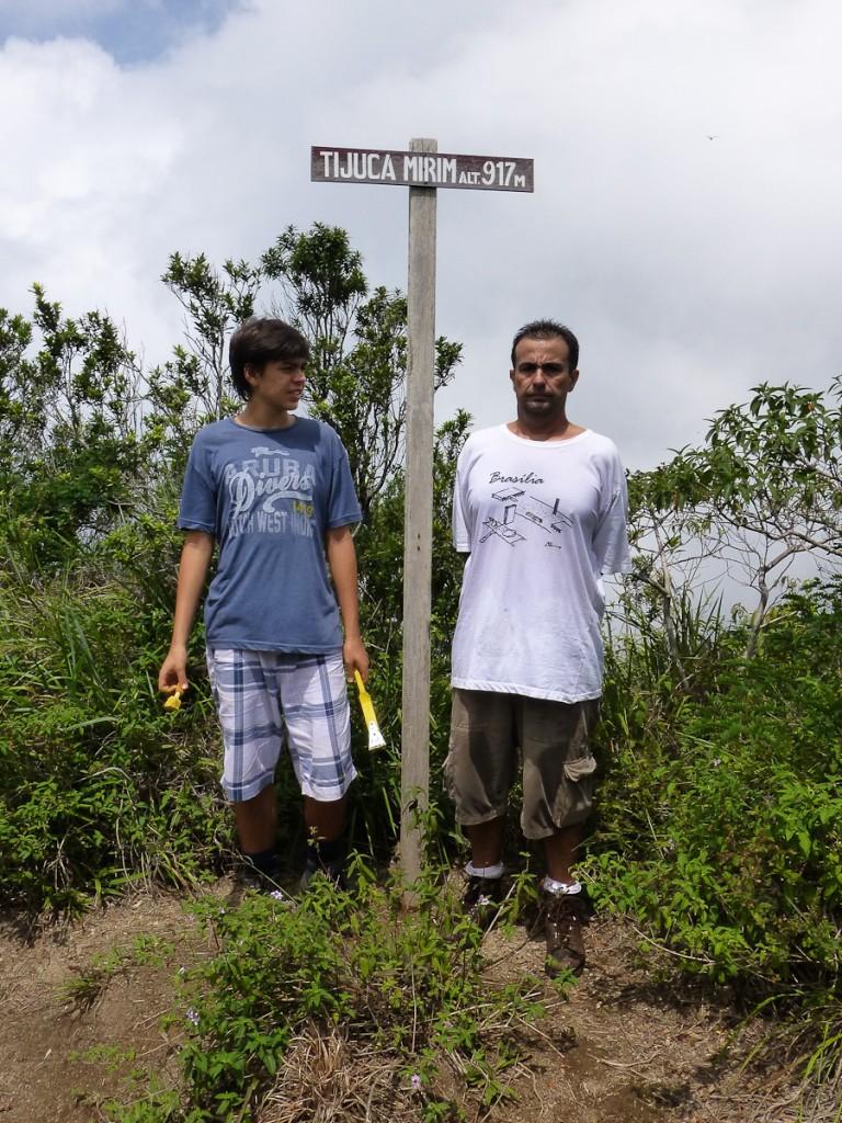 Tabuleta padrão de destino. Também poderia estar afixada em uma árvore ou em um corpo estranho. Notar a escova de aço e a bucha nas mãos do voluntário de camisa azul (Parque Nacional da Tijuca).