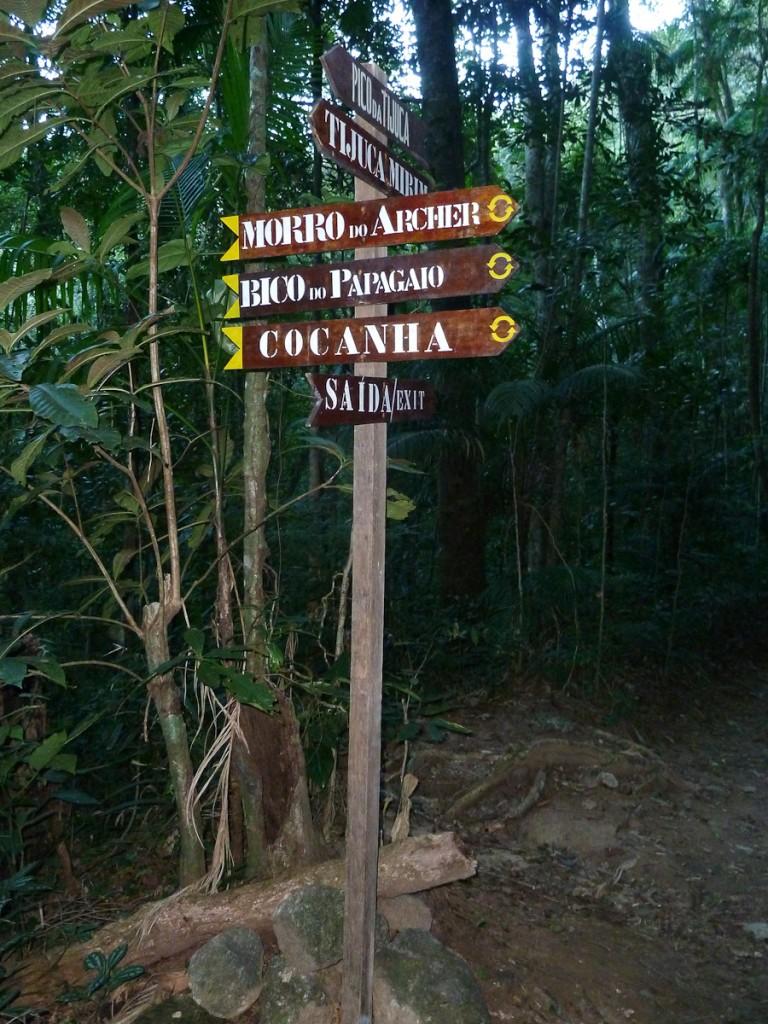 Encruzilhada na Trilha Transcarioca. Três tabuletas foram utilizadas para identificar os três próximos destinos.