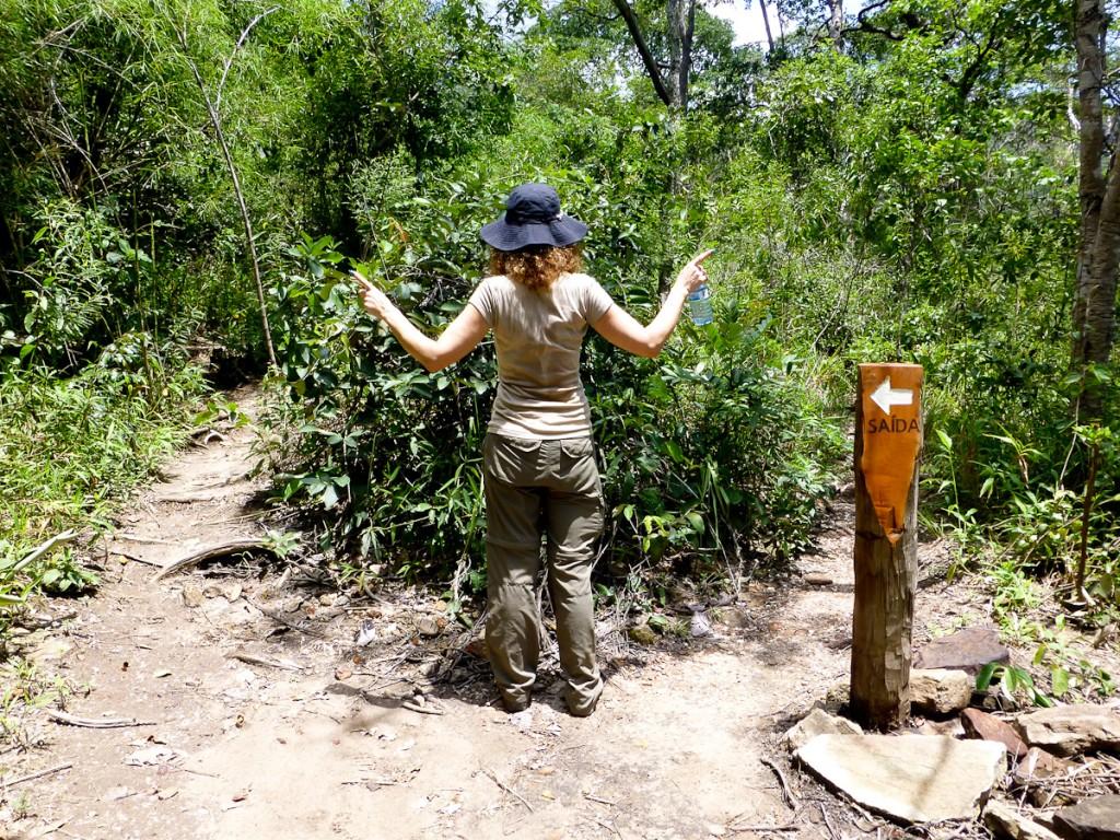 Esta sinalização está mal posicionada. Deveria estar colocada dentro da opção de trilha a ser escolhida, do lado mais longe do centro da bifurcação (Parque Nacional da Chapada dos Veadeiros).