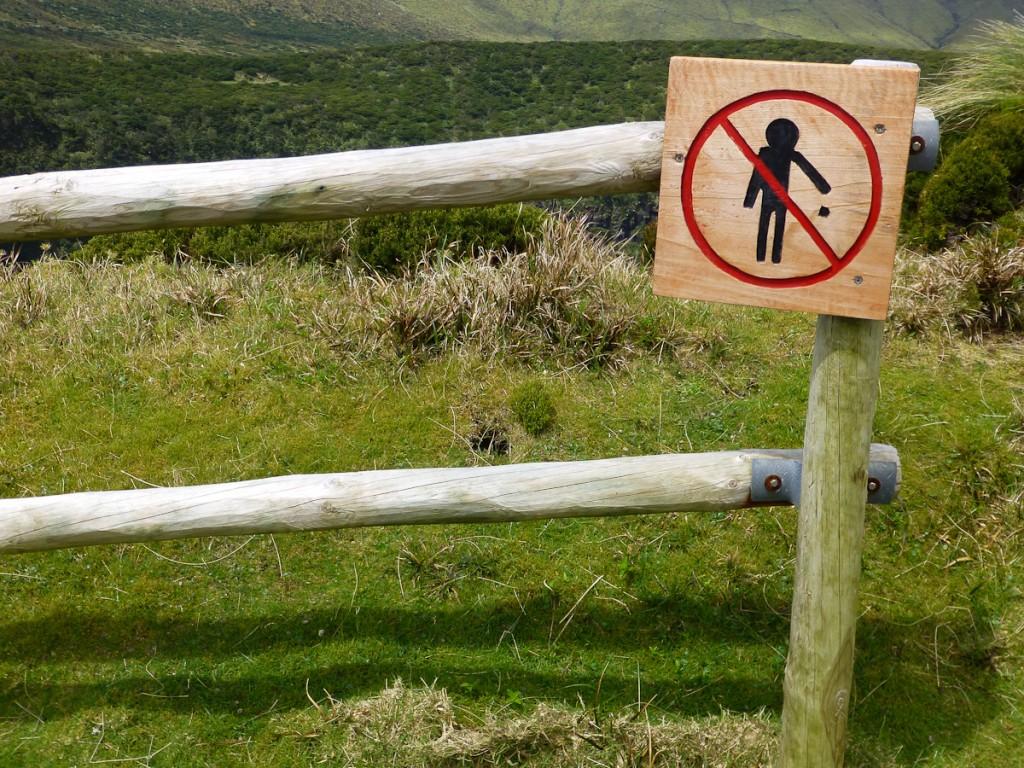 Sinalização educativa feita com ícone de fácil compreensão universal (Parque Natural das Flores, Açores - Portugal).