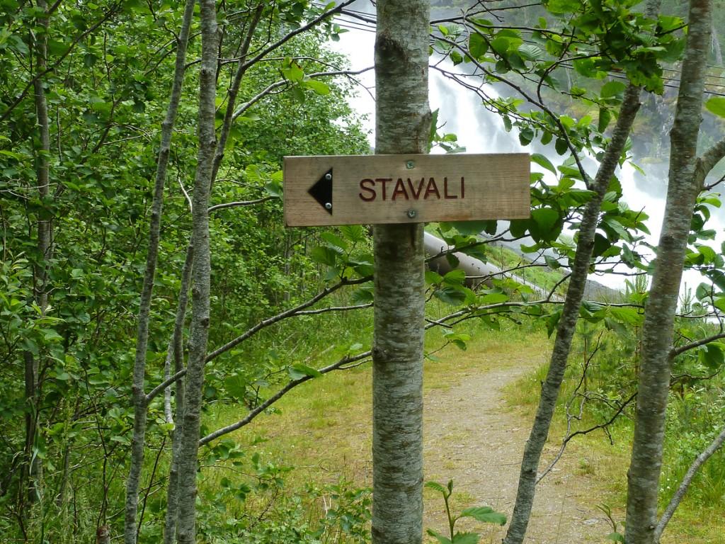 Tabuleta de sinalização direcional, afixada com dois pregos em uma árvore (Parque Nacional Handargevidda, Noruega). Notar que a informação do destino foi entalhada na tabuleta.